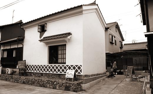 白壁の古民家